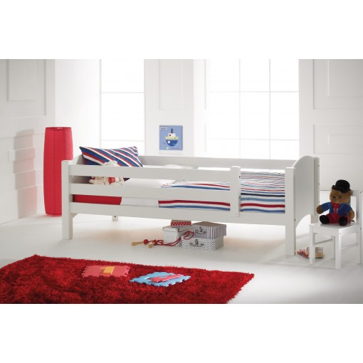 white twin bed
